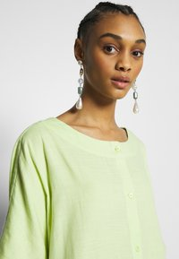 Monki - SAFIRA DRESS - Skjortekjole - light green - 3