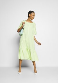 Monki - SAFIRA DRESS - Skjortekjole - light green - 1