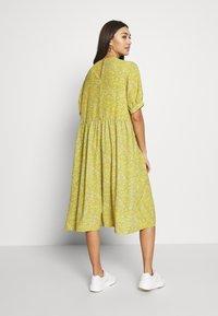 Monki - THORA DRESS - Hverdagskjoler - yellow - 2