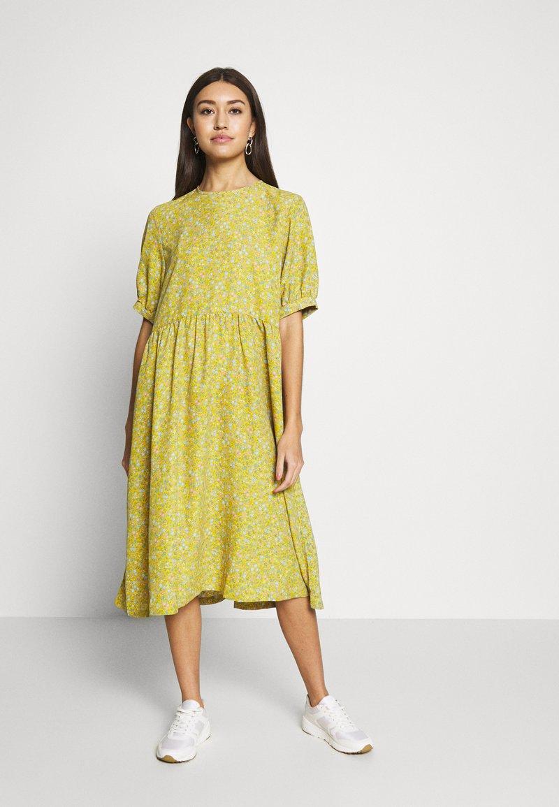 Monki - THORA DRESS - Hverdagskjoler - yellow