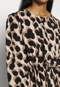 Monki - MALLAN DRESS - Robe d'été - beige - 4