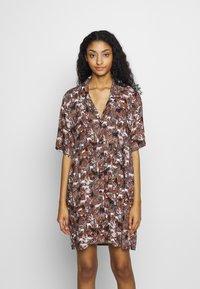 Monki - NELLY DRESS - Košilové šaty - light brown - 0