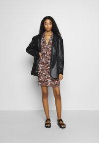 Monki - NELLY DRESS - Košilové šaty - light brown - 2