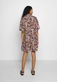 Monki - NELLY DRESS - Košilové šaty - light brown - 3