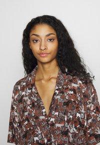 Monki - NELLY DRESS - Košilové šaty - light brown - 4
