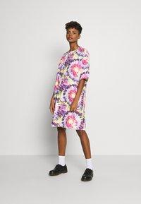 Monki - SANDRA DRESS - Jerseykjole - white tie dye - 1