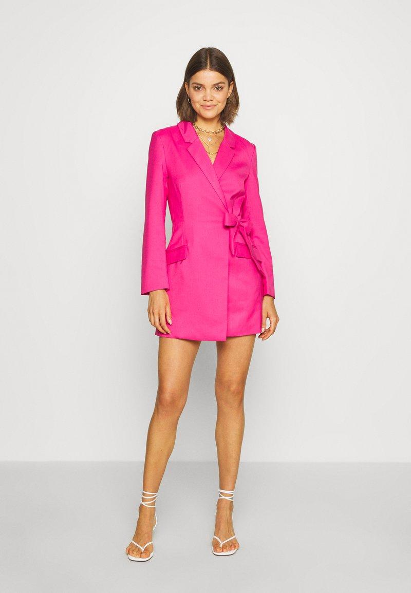Monki - KAREN DRESS - Pouzdrové šaty - pink