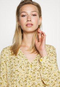 Monki - MINNA DRESS - Maxikjole - yellow medium/dusty - 3