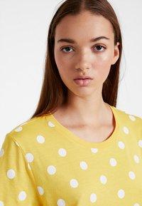 Monki - SIMBA TEE 2 PACK - T-shirt imprimé - senorita yellow - 3