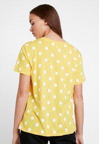 Monki - SIMBA TEE 2 PACK - T-shirt imprimé - senorita yellow - 2