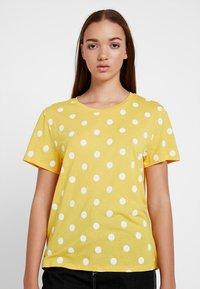 Monki - SIMBA TEE 2 PACK - T-shirt imprimé - senorita yellow - 0