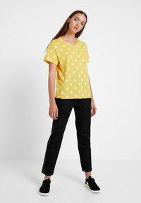 Monki - SIMBA TEE 2 PACK - T-shirt imprimé - senorita yellow - 1