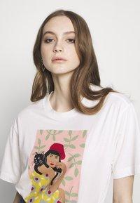 Monki - TOVI TEE - Print T-shirt - white light catportrait placement - 3