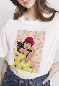 Monki - TOVI TEE - Print T-shirt - white light catportrait placement - 5