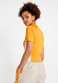 Monki - EZRA - T-shirts print - orange/white - 2