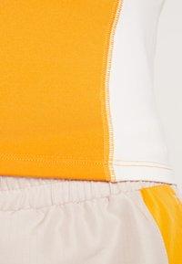 Monki - EZRA - T-shirts print - orange/white - 5