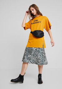 Monki - TORI TEE - Print T-shirt - dark yellow - 1