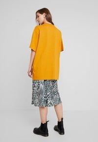 Monki - TORI TEE - Print T-shirt - dark yellow - 2