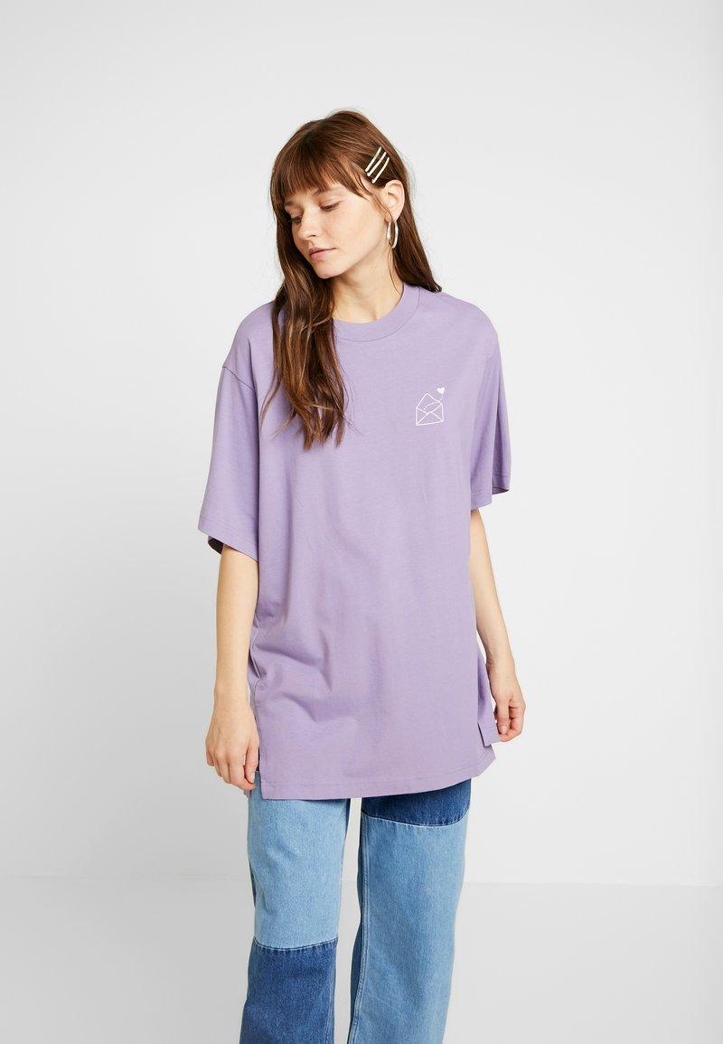 Monki - TORI TEE - T-shirt z nadrukiem - lilac purple medium