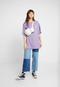 Monki - TORI TEE - T-shirt z nadrukiem - lilac purple medium - 1