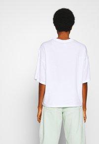Monki - DAMALI  - T-shirt print - white - 2