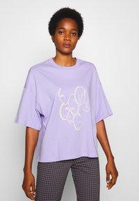 Monki - DAMALI  - T-shirt z nadrukiem - lilac - 0