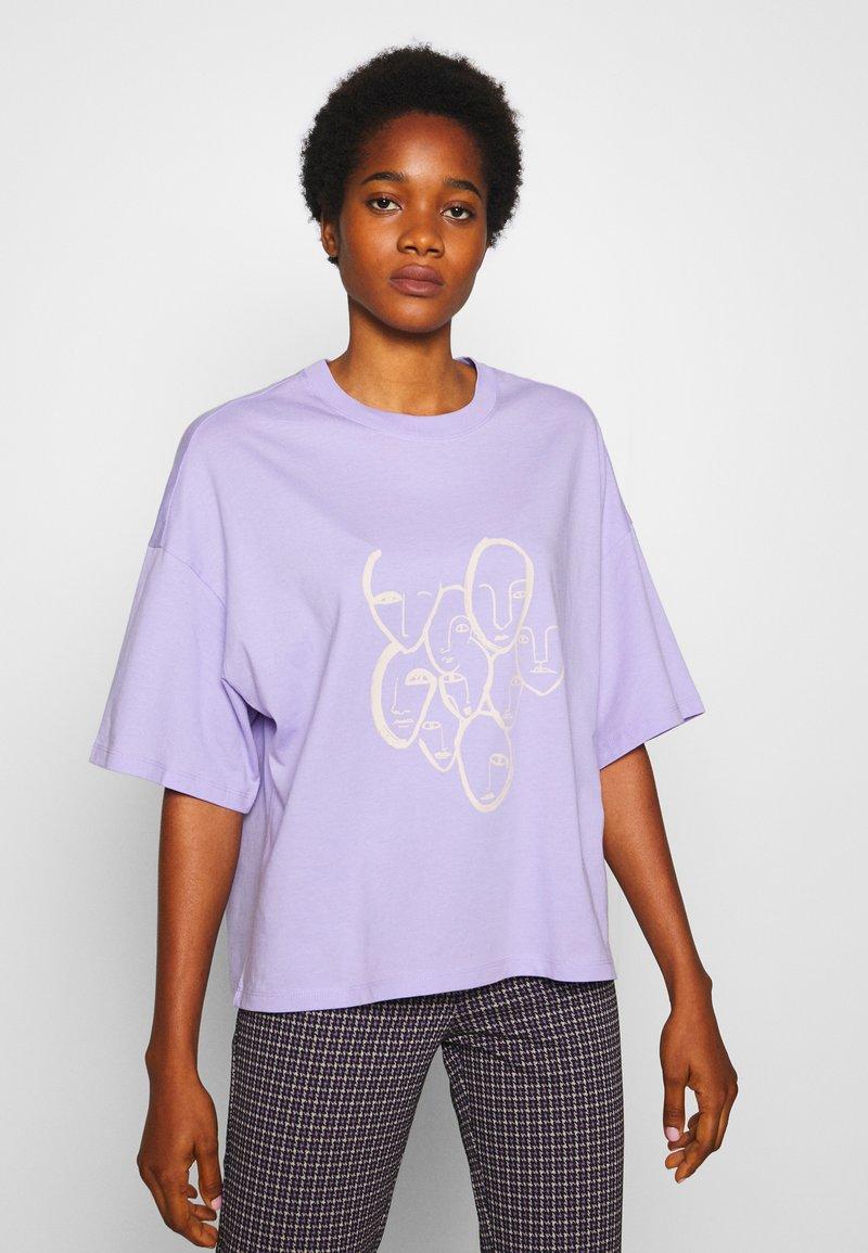 Monki - DAMALI  - T-shirt z nadrukiem - lilac