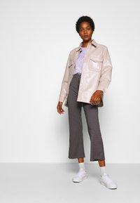 Monki - DAMALI  - T-shirt z nadrukiem - lilac - 1