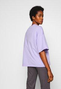 Monki - DAMALI  - T-shirt z nadrukiem - lilac - 2
