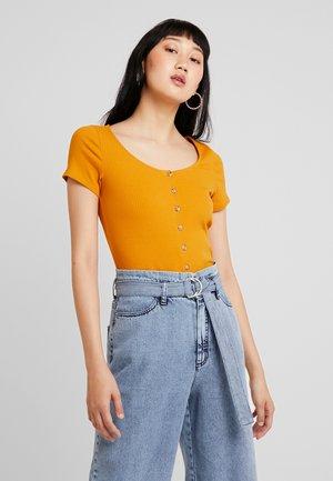 QUINNY - Camiseta estampada - yellow dark