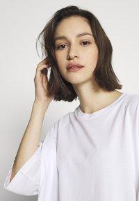 Monki - CISSI TEE - T-shirts med print - white light - 4