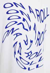 Monki - CISSI TEE - T-shirts med print - white - 2