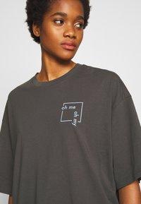 Monki - CISSI TEE - T-shirt con stampa - grey dark - 4