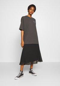 Monki - CISSI TEE - T-shirt con stampa - grey dark - 1