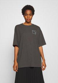 Monki - CISSI TEE - T-shirt con stampa - grey dark - 0