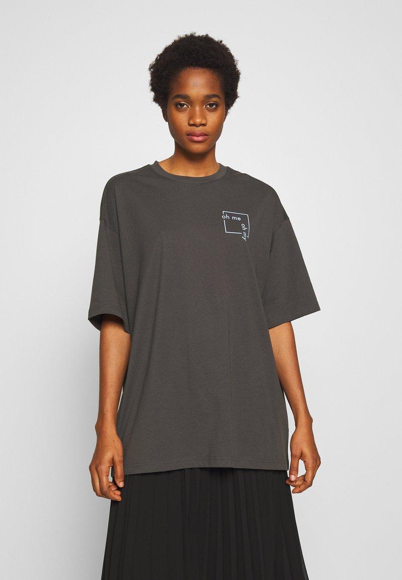 Monki - CISSI TEE - T-shirt con stampa - grey dark
