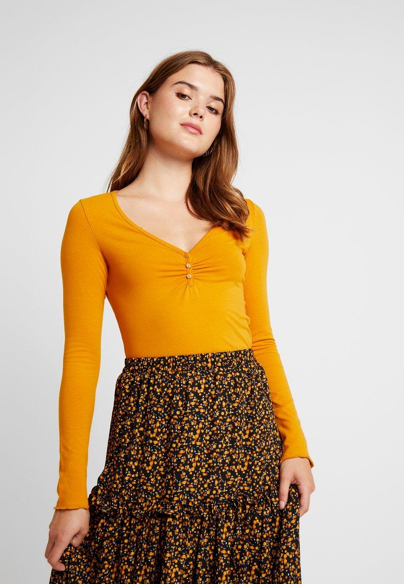 Monki - PARADISIO - Langærmede T-shirts - dark yellow