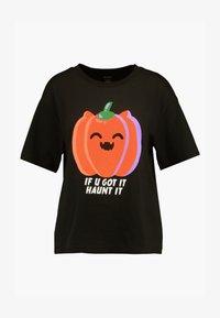 Monki - TOVI TEE - T-shirt con stampa - black/orange - 3
