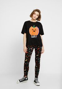 Monki - TOVI TEE - T-shirt con stampa - black/orange - 1