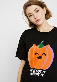 Monki - TOVI TEE - T-shirt con stampa - black/orange - 4