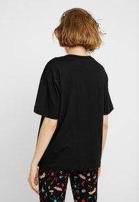 Monki - TOVI TEE - T-shirt con stampa - black/orange - 2