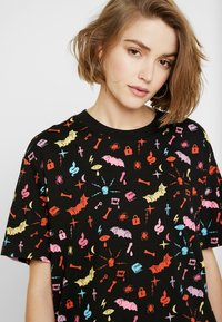 Monki - TOVI TEE - T-shirt con stampa - colorful - 4