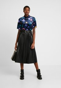 Monki - NINA - T-shirts med print - black dark - 1