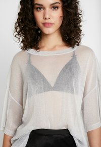 Monki - DAMALI - T-Shirt basic - white/silver - 4