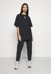 Monki - TORI TEE - T-shirts med print - off black - 1