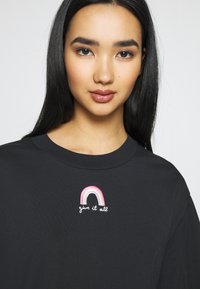 Monki - TORI TEE - T-shirts med print - off black - 4