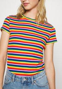 Monki - MAGDALENA TEE 2 PACK - Triko spotiskem - red bright rainbow/white solid - 5