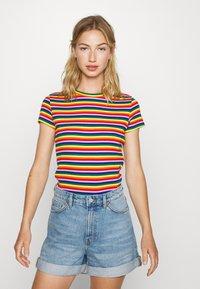 Monki - MAGDALENA TEE 2 PACK - Triko spotiskem - red bright rainbow/white solid - 1