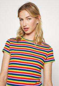 Monki - MAGDALENA TEE 2 PACK - Triko spotiskem - red bright rainbow/white solid - 3