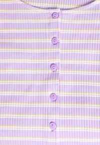 Monki - QUINNY TOP 2 PACK - Camiseta estampada - yellow medium dusty/white - 4
